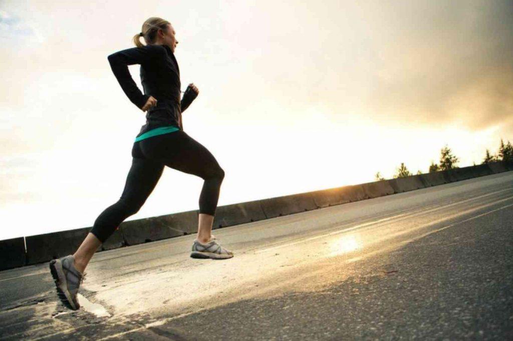 アスリートは1時間ごとに糖質を6~8gの濃度で含むスポーツドリンクを1時間おきに600~1,200ml飲むことにより達成できる