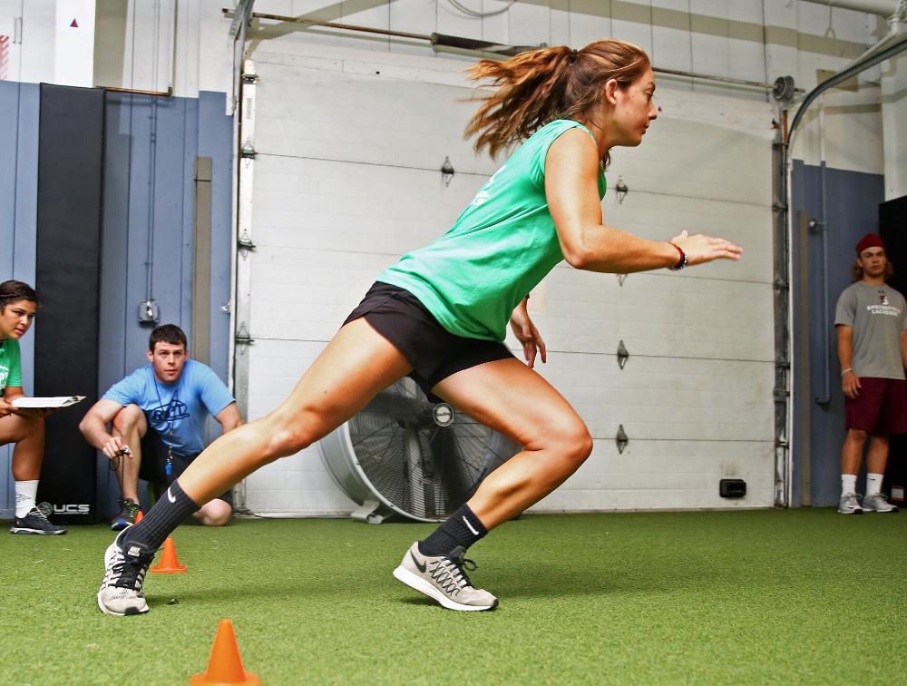 身体の速度を素早く落とす活動動作(減速)テクニックは傷害リスクを低下、さらにバランスを制御し、蓄積された弾性エネルギーをその後の動作へと効率よく移行する